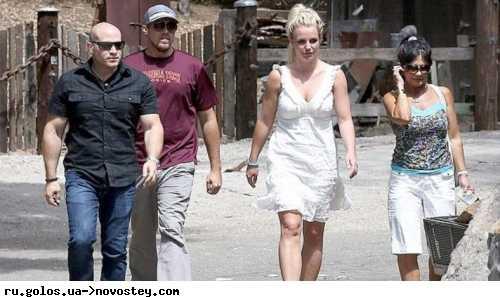 Бритни Спирс познакомила бойфренда с сыновьями